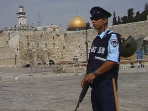 Israeli policeman in front of Western Wall and al-Aqsa mosque, HRH October 2000